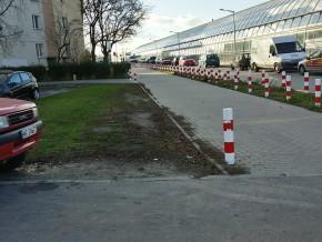 Tam, gdzie nie ma słupków, samochody rozjeżdżają trawniki