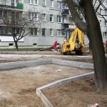 Parking i nowy blok między budynkami na Kondratowicza
