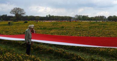 1556 m i 20 cm – mieszkańcy Targówka rozwinęli najdłuższą flagę w Polsce