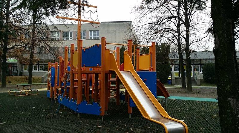 Plac zabaw przy Trockiej jednak dostępny dla wszystkich