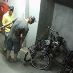 Tak się kradnie rowery w nowych blokach. Policja szuka złodziei
