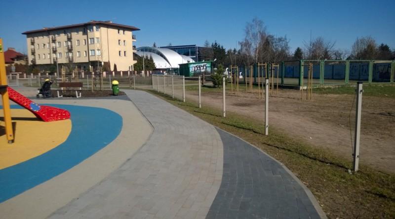 Plac zabaw przy Tużyckiej z rozmontowanym płotem / zdjęcie od czytelnika targowek.info